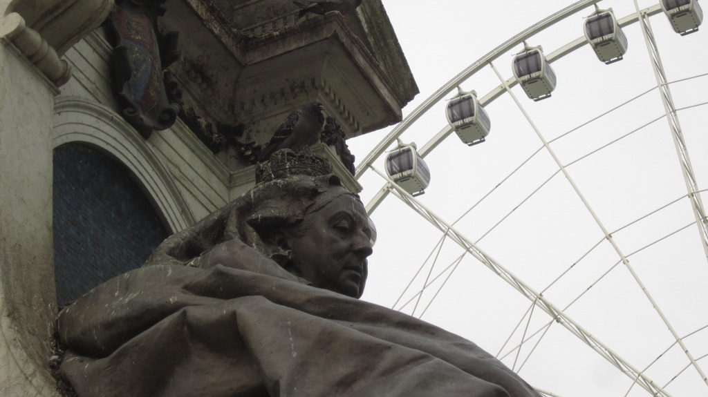Queen Victoria Still Reigns In Manchester, But The Pigeon Doesn´t Care..