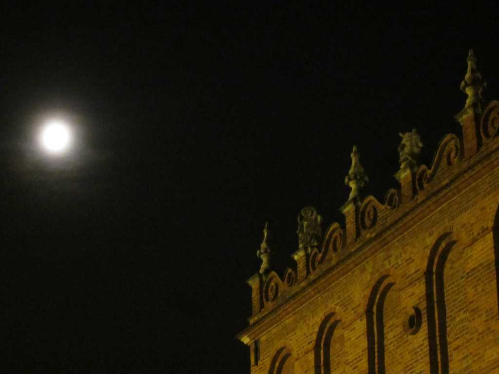 Księżyc na tarnowskim rynku.