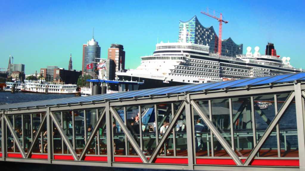 Sicht aus dem Musical Ufer, Hamburg. Queen Elisabeth fährt aus dem Hafen...
